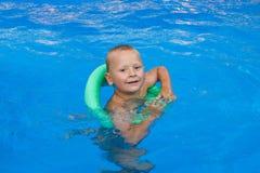 男孩一点游泳 免版税库存照片
