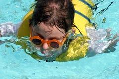 男孩一点游泳 免版税库存图片