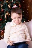 男孩一点 圣诞节内部 背景计算机设计例证片剂白色 垂直 免版税库存图片