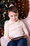 男孩一点 圣诞节内部 背景计算机设计例证片剂白色 垂直 免版税图库摄影