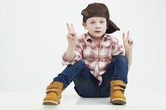 男孩一点 时髦的孩子 化妆舞会Soldier.Unusual制服 滑稽的子项 免版税库存图片