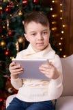 男孩一点 背景计算机设计例证片剂白色 圣诞节内部 垂直 库存图片