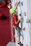男孩上升的墙壁 免版税库存图片