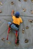 男孩上升的岩石年轻人 图库摄影