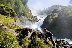 男孩上升的岩石瀑布 免版税库存照片