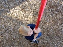 男孩上升的杆 图库摄影