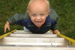 男孩上升的梯子少许 免版税库存图片