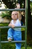 男孩上升的梯子 免版税库存照片