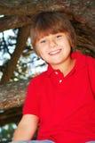 男孩上升的结构树 免版税图库摄影
