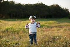 男孩上尉水手春天森林滑稽的微笑喜悦笑声孩子 免版税库存照片