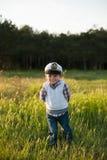 男孩上尉水手春天森林滑稽的微笑喜悦笑声孩子 库存图片