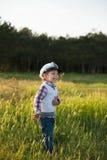 男孩上尉水手春天森林滑稽的微笑喜悦笑声孩子 免版税库存图片