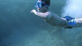 男孩下潜在有水下的面具的红海 股票视频
