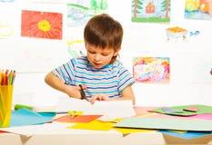 男孩与剪刀的切口纸 库存图片