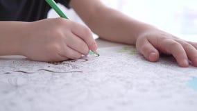 男孩与颜色铅笔的着色页 股票视频