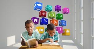 男孩与飞行在背景中的应用象的阅读书 免版税库存图片