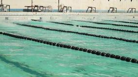 男孩严谨地在接踵而来的体育运动游泳竞赛的仰泳被训练 活动公共 股票视频