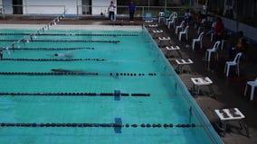 男孩严谨地在接踵而来的运动游泳竞赛的适当的体育潜水被训练 活动公共 影视素材