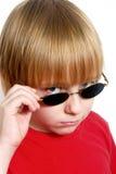 男孩严重墨镜的纵向 免版税库存照片