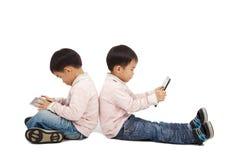 男孩个人计算机片剂触摸屏使用 库存图片