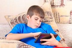 男孩个人计算机片剂 免版税库存照片