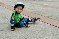 男孩中国使用的冰鞋 免版税库存图片