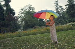 男孩举行伞 免版税图库摄影