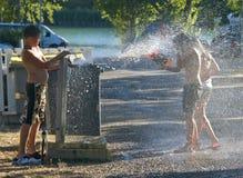 男孩乐趣女孩消防栓 免版税库存照片