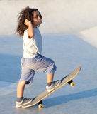 男孩乘坐滑板 库存图片