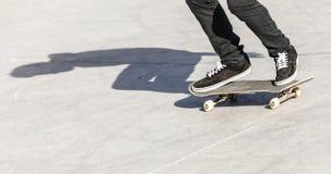 男孩乘坐他的滑板在 免版税库存照片
