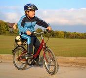 男孩乘驾外面自行车 库存图片