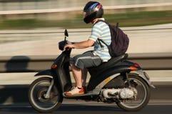男孩乘驾滑行车 免版税库存照片