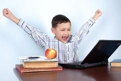 男孩了解赢利地区的电脑游戏 免版税库存图片