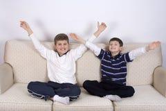 男孩二个胜利年轻人 库存图片