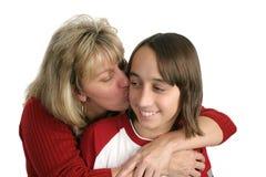 男孩亲吻妈妈 免版税库存照片