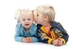 男孩他亲吻的妹 免版税图库摄影