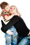 男孩他亲吻的母亲 免版税库存照片