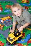 男孩他小的使用的玩具 免版税图库摄影