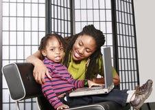 男孩他小的妈妈个人计算机 免版税库存图片