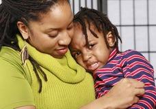 男孩他小的母亲泪花 免版税库存图片