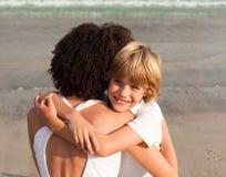 男孩他拥抱的母亲年轻人 免版税库存照片