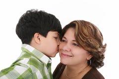 男孩他的亲吻母亲 库存照片