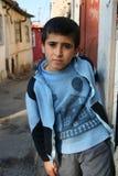 男孩他的家无家可归的被仿造的sweather 库存图片
