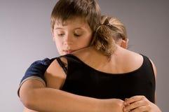 男孩他的拥抱妈妈 免版税库存照片