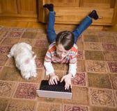 男孩伴随恒定的狗他的 免版税库存图片