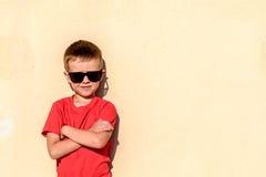 年轻男孩佩带的太阳镜画象  库存照片