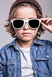 男孩佩带的白色太阳镜 免版税库存图片