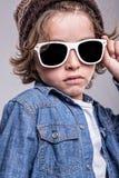 男孩佩带的白色太阳镜 免版税图库摄影