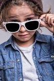 男孩佩带的白色太阳镜 免版税库存照片