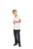 男孩佩带的空白衬衣和黑色牛仔裤 免版税库存照片